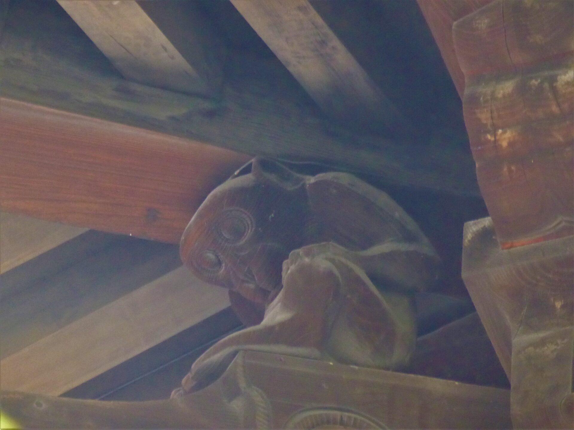 >楼門上部屋根下の猿